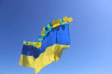 阿夫杰耶夫卡升起巨幅乌克兰国旗