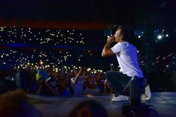 乌克兰摇滚明星和10万名观众表演了乌克兰的国歌