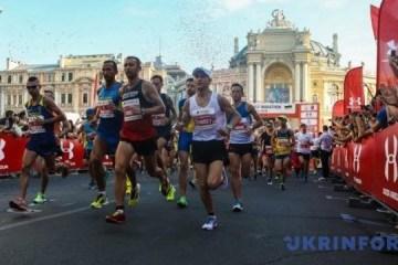 敖德萨举行半程马拉松赛跑