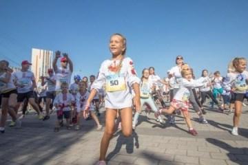 第聂伯市在独立日举行穿绣花衬衫的大规模赛跑