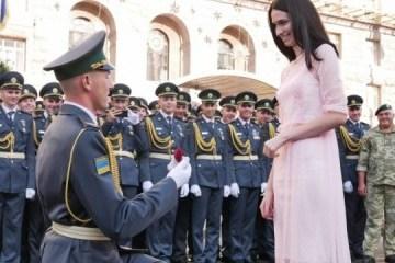 边防士兵在基辅阅兵式上向心上人表白