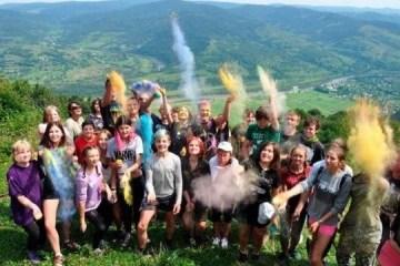 """""""笑对战争"""":喀尔巴阡山接待顿巴斯度假儿童"""