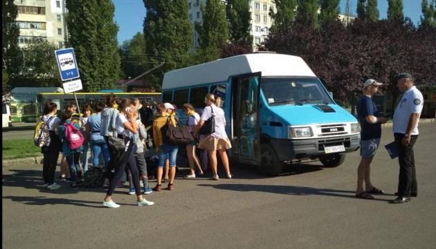 Іржаві колеса і сидіння-табуретки: як у Миколаєві збиралися везти дітей на море