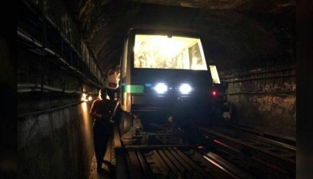 У паризькому метро застрягли 12 потягів, пасажирам довелося йти пішки