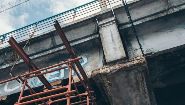 На столичной Шулявке фура застряла под мостом