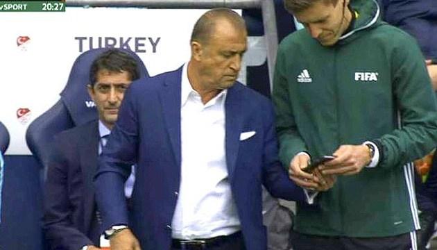 Футбол: АПЛ разрешит просматривать видеоповторы на мобильниках только тренерам