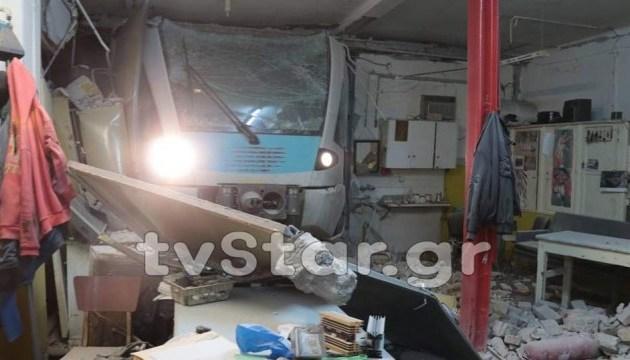 У Греції потяг врізався у стіну залізничної станції