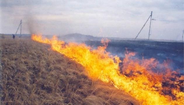 На окупованому Донбасі від мін горять поля і техніка