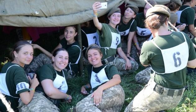 Des femmes militaires participeront pour la première fois au défilé le Jour de l'indépendance de l'Ukraine (vidéo)