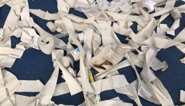 Матч Динамо-Шахтар: футбольні ультрас закидали поле туалетним папером