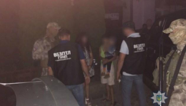 На Закарпатті затримали жінку за спробу продати сусідів