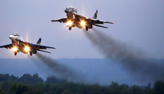 Президент і прем'єр привітали військових льотчиків з Днем Повітряних Сил
