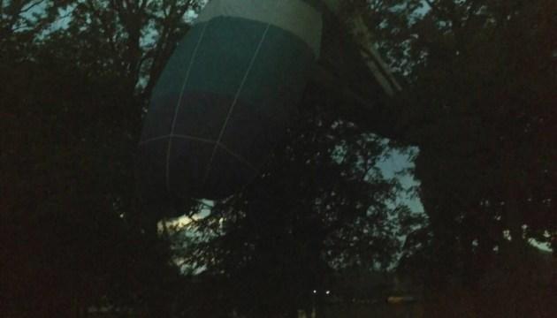 """На Кировоградщине ветер """"посадил"""" на дерево воздушный шар с людьми"""