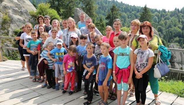 Школярі з прифронтового Троїцького відпочили у Карпатах