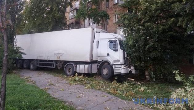 У Києві вантажівка мало не врізалася у житлову п'ятиповерхівку
