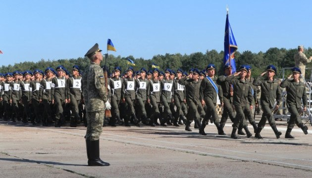 На параде ко Дню Независимости военные будут приветствовать друг друга по-новому