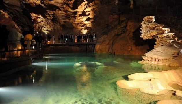 Трое туристов целую ночь просидели во французской пещере