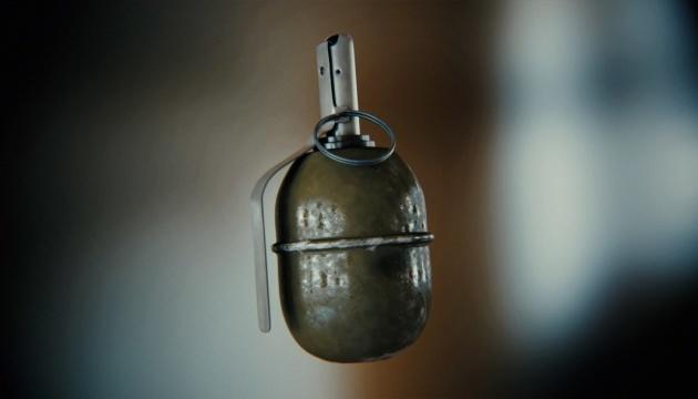 У спальному районі Чернівців затримали чоловіка з гранатою