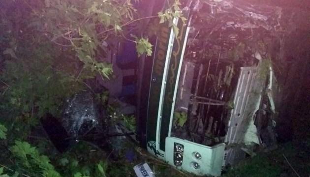 На Днепропетровщине автобус после столкновения с автомобилем вылетел в кювет, есть пострадавшие