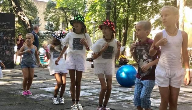 В Киеве две сотни пар близнецов установили рекорд