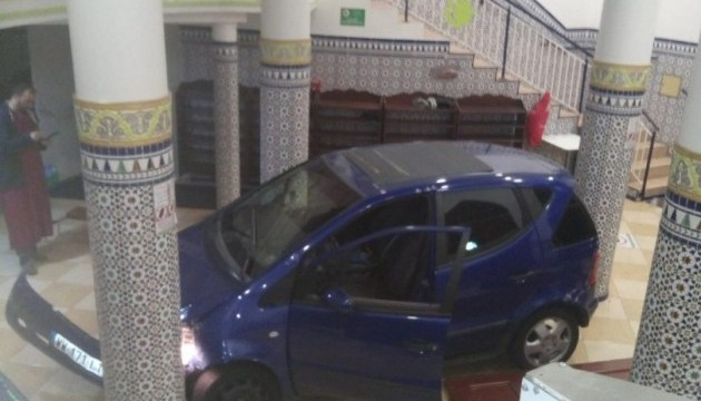Во Франции автомобиль протаранил мечеть