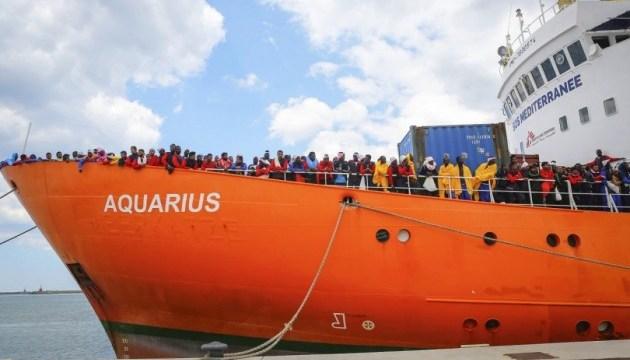 Судно Aquarius з врятованими мігрантами знову не приймає жодна країна