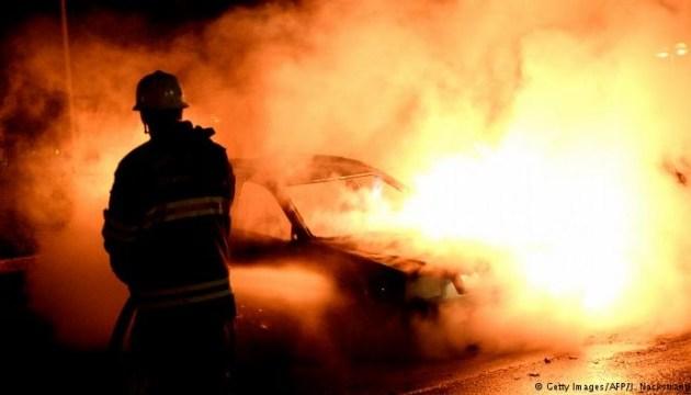 У Швеції люди в масках підпалили майже сотню автівок