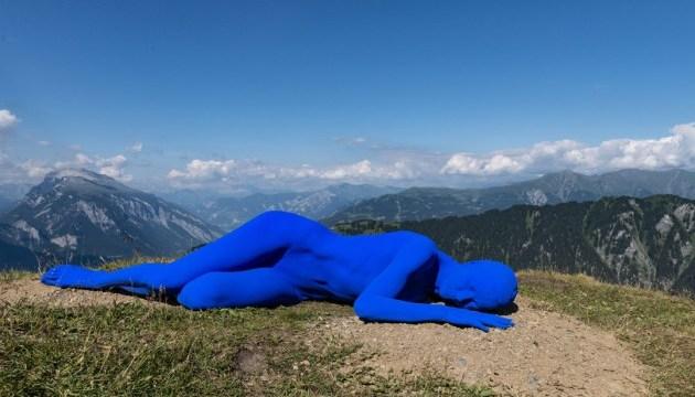 В швейцарских Альпах туристам предлагают пройтись по арт-маршруту