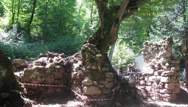 """В Грузии археологи """"докопались"""" до средневековой трапезной"""