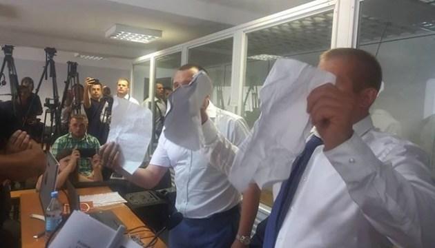 Платні адвокати Януковича не пускають безоплатного на засідання суду