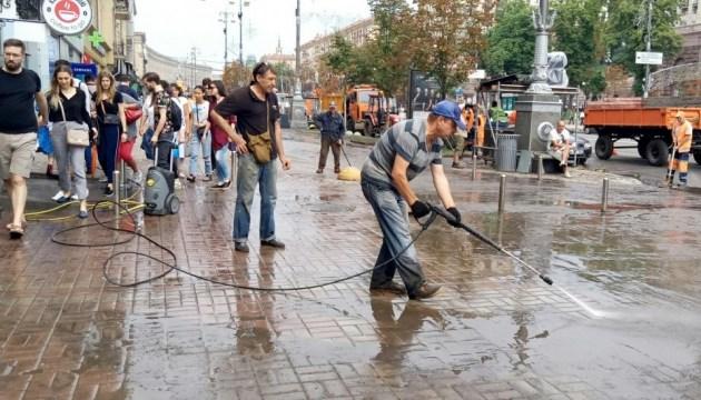 Велика вода: у столиці досі долають наслідки нічної зливи