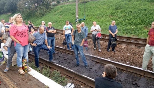 Во Львове люди блокировали железнодорожную колею