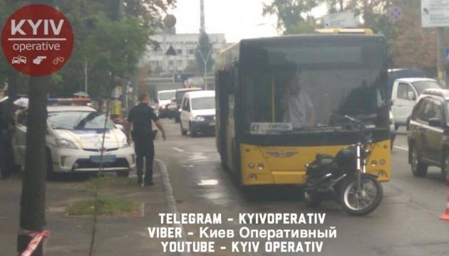"""Мотоциклист стрелял в водителя автобуса, """"освобождая"""" себе дорогу"""