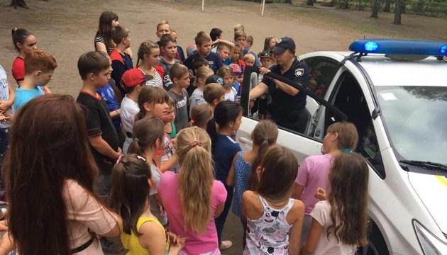 В полиции напомнили, что надо рассказать детям об общении с незнакомцами