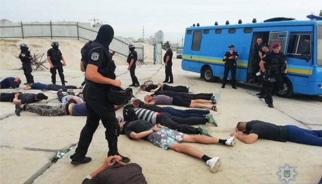 У Києві на Осокорках затримали майже півсотні озброєних молодиків