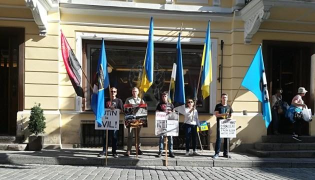 Под посольством РФ в Таллинне требовали освобождения украинских политзаключенных