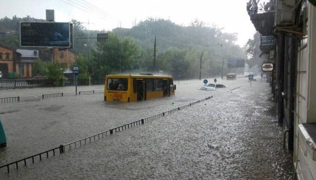 У Львові потужна злива затопила вулиці