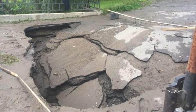 Потужна злива зруйнувала міст на Закарпатті