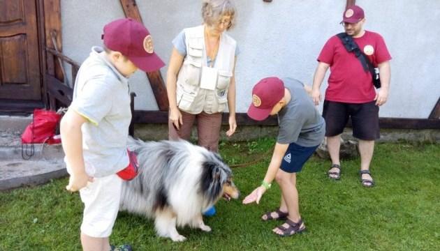 Собаки-терапевти лікують дітей у літньому таборі на Буковині