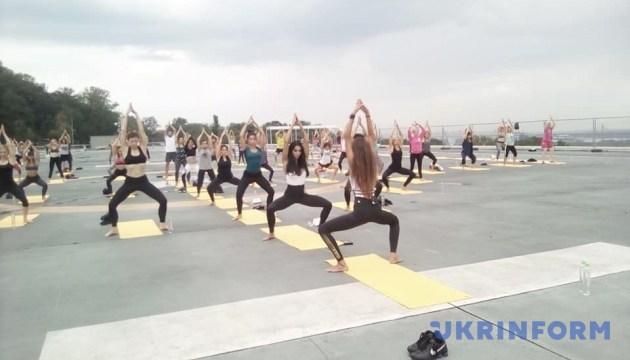 У столиці провели патріотичне групове тренування з йоги