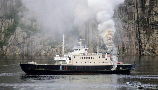 У Норвегії загорівся туристичний пором - пасажирів евакуювали