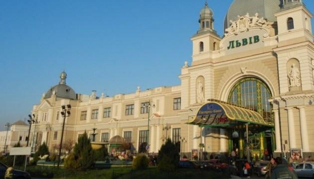 Во Львове туристы пикетируют вокзал за отказ заменить билеты на поезд