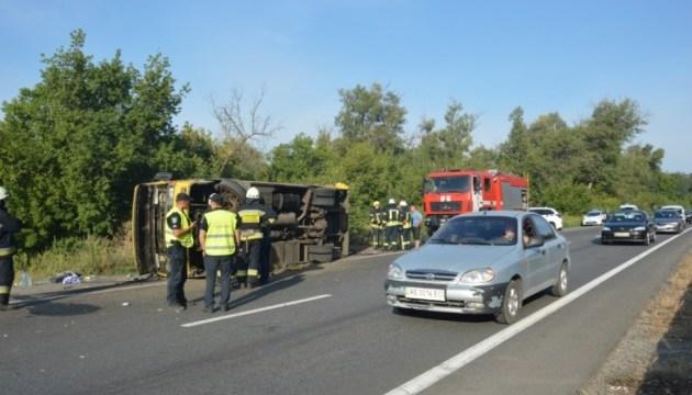 На Днепропетровщине грузовик столкнулся с автобусом, 16 пострадавших