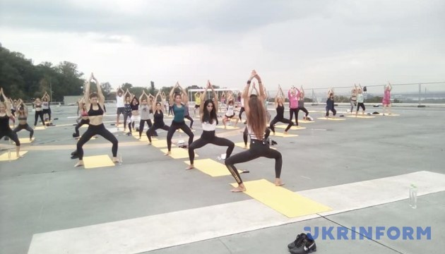 基辅举行集体练瑜伽爱国活动