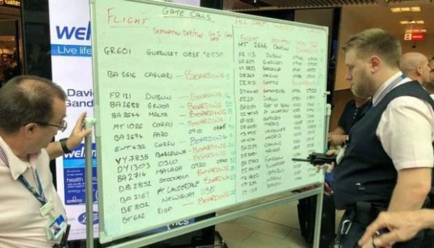 Збій табло в лондонському аеропорту: розклад рейсів пишуть маркером на дошках