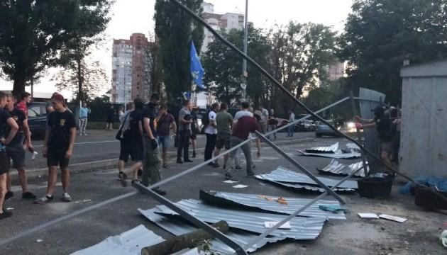 Вирубка дерев: у Протасовому Яру зламали паркан забудовника