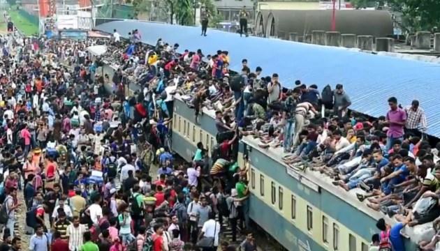 У Даці люди атакують потяги, аби їхати на святкування Курбан-Байрама