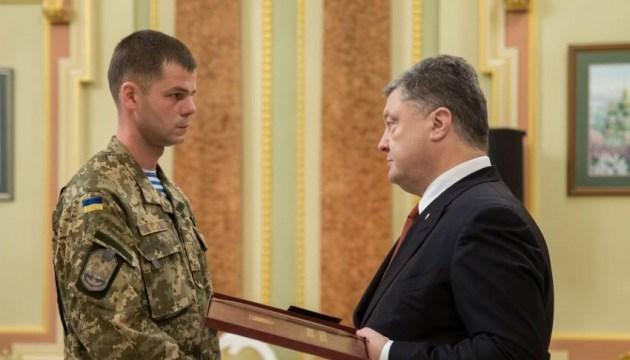 Президент поздравил Героя Украины майора Андрея Ткачука с 32-летием