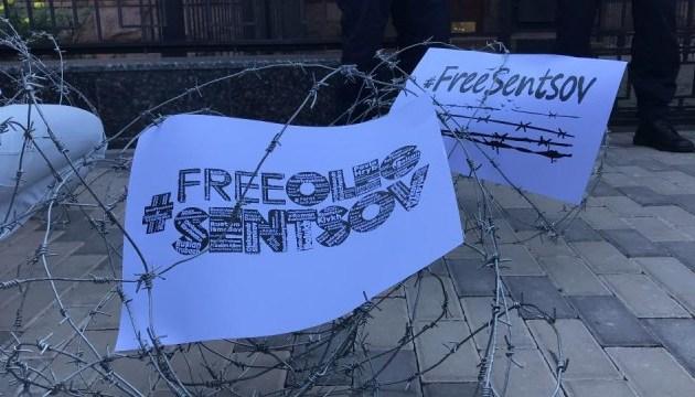Под посольством РФ в Киеве провели акцию в поддержку Сенцова