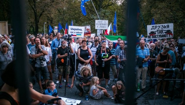 Перед российским посольством в Праге прошла акция в поддержку Сенцова